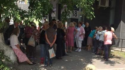 """В ресторан собираемся"": появились фото и видео, как пенсионерам платят за акцию под САП"