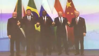 Фейл Путіна: президент Росії не зміг знайти прапор своєї країни