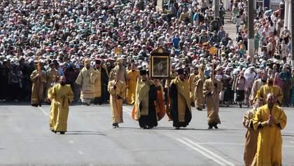 На хресній ході у Києві вірянам видавали гроші: відео