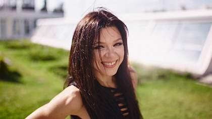 Певица Руслана похвасталась стройной фигурой на фоне своего экодома: фото