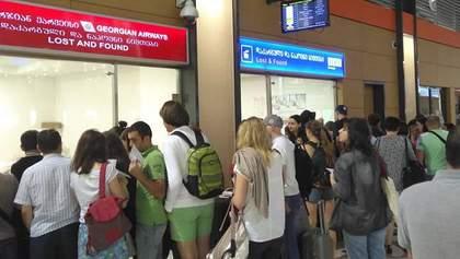 Українці залишились без багажу у Тбілісі після 13-годинної затримки рейсу Yanair: фото та відео