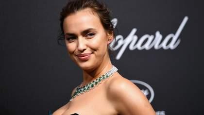 Ирина Шейк в золотом металлическом платье развлекалась на Ибице: фото