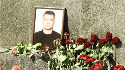 Жетони в чорних стрічках і кортеж патрульних машин: у Харкові попрощалися із загиблим патрульним