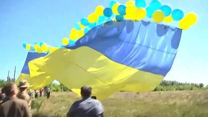 Военные запустили огромный украинский флаг с Авдеевки в оккупированную Горловку: фото и видео