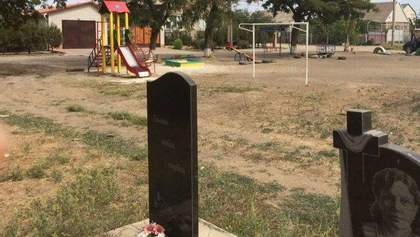 В Мелитополе детскую площадку построили на кладбище: курьезные фото