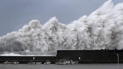 "Мощный тайфун ""Джеби"" накрыл Японию: шокирующие фото и видео"