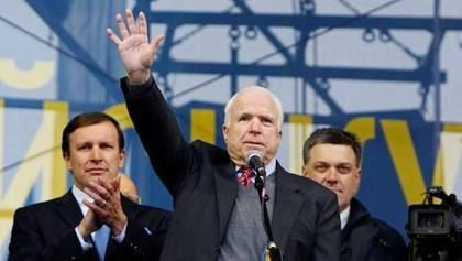 Порошенка просять надати Маккейну звання Героя України