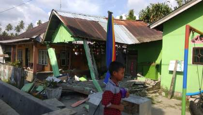 В Индонезии произошло сильное землетрясение: фото разрушений