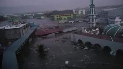 На Индонезию после мощного землетрясения обрушилось цунами: фото и видео