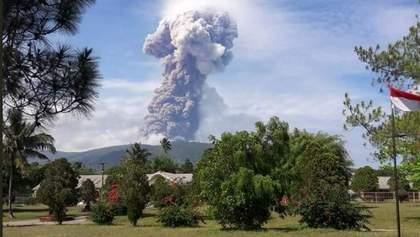 В Індонезії після смертельного землетрусу розпочалося виверження вулкану: фото і відео