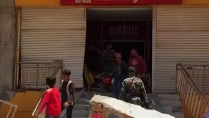 Виверження вулкану в Індонезії: налякані люди розкрадають крамниці