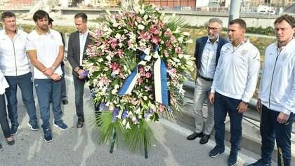Тренерский штаб сборной Украины почтил память погибших от обрушения моста в Генуе: видео
