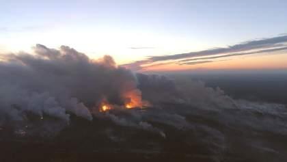 Вибухи та масштабну пожежу на складах біля Ічні зняли з висоти: шокуюче відео