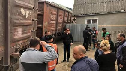 В Ужгороде посреди жилого массива сошел с рельсов грузовой поезд: фото, видео