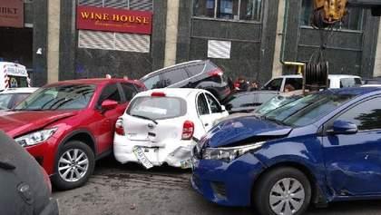 Кран протаранил 18 авто на Печерске в Киеве: в полиции обнародовали предварительную причину