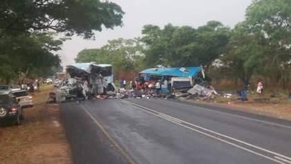 Смертельне зіткнення автобусів: майже 50 людей загинули в автокатастрофі у Зімбабве