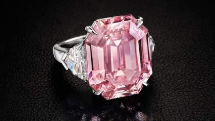 На аукционе в Женеве продали редкий розовый бриллиант за 50 миллионов долларов