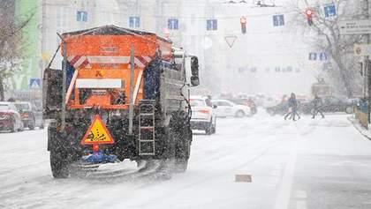 Сніг у Києві: на вулиці міста вивели прибиральну техніку