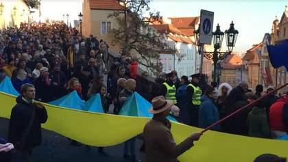 В Праге во время массового шествия развернули флаг Украины: видео