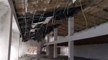 Выбитые окна и пустые помещения: житель Горловки показал фото разрушенных автосалонов