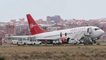 Во время посадки отпало шасси: в Боливии пассажирский самолет приземлился на бок