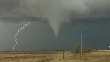 По США пронесся разрушительный торнадо: впечатляющие фото и видео стихии