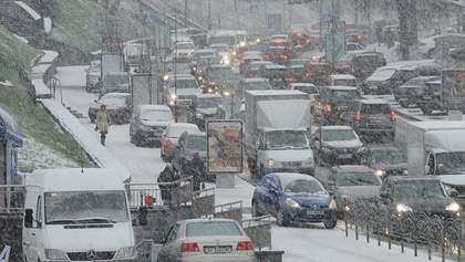 Снегопады в Украине: в Киев возобновили въезд грузовиков