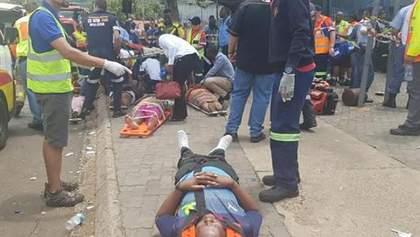 У ПАР зіткнулися два потяги, є загиблі та сотні постраждалих: фото з місця трагедії