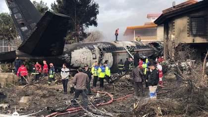 Вантажний літак розбився в Ірані, багато загиблих: моторошні фото та відео