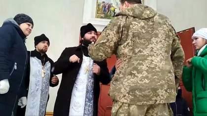 У храмі УПЦ МП на Вінниччині стався скандал: священик вигнав дочку бійця ЗСУ – відео