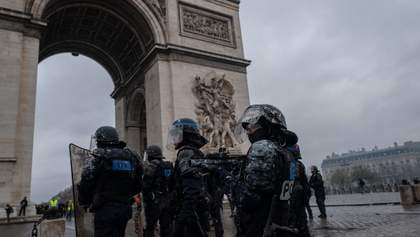 """У Франції десятки тисяч """"жовтих жилетів"""" продовжують запеклі сутички з поліцією"""