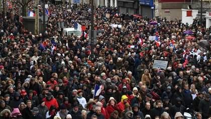 """Противники """"жовтих жилетів"""" вийшли на вулиці Парижа"""