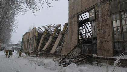 В оккупированной Горловке обвалились стена и крыша машзавода: погиб рабочий – фото, видео