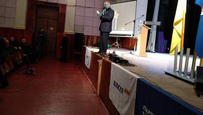 Протестувальники облили Вілкула зеленкою у Бердянську: фото та відео
