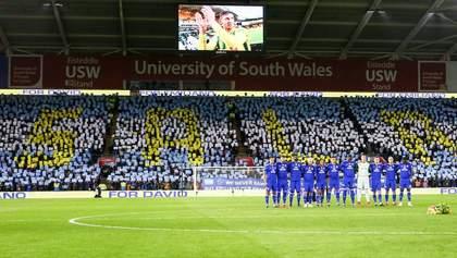 """Футболісти та фанати """"Кардіффа"""" вшанували пам'ять зниклого Еміліано Сала: фото та відео"""