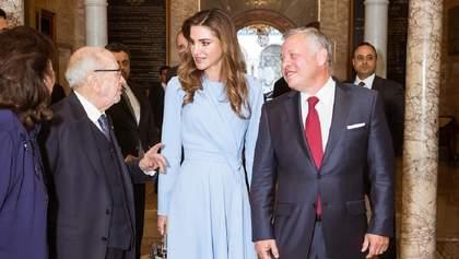 В платье небесного цвета: королева Иордании поразила стильным выходом