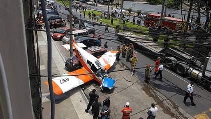 У столиці Перу прямо на вулицю впав військовий літак