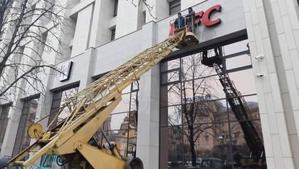 На Доме профсоюзов в Киеве снова разместили вывеску KFC: в заведении ситуацию не комментируют
