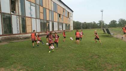"""Гравці """"Шахтаря"""" передали чималу суму на відновлення спортзалу біля лінії зіткнення на Донбасі"""