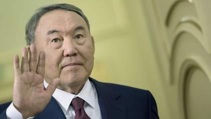 Назарбаєв ніби встав з крісла президента, але далеко не відійшов, – експерт