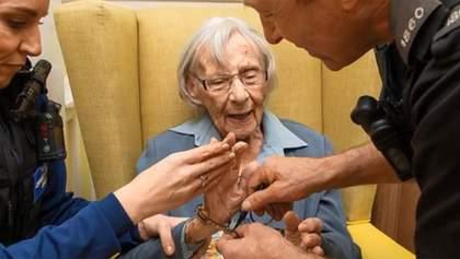 Полиция осуществила мечту 104-летней пенсионерки: ее арестовали (фото)