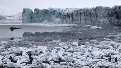 В Исландии туристы убегали от огромной волны после обвала ледника: видео