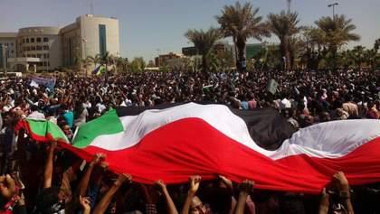 У Судані тисячі людей вийшли на масштабний мітинг проти диктатора Омара аль-Башира: фото і відео