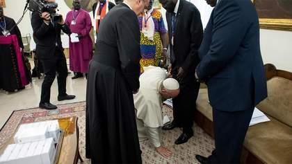 Папа Франциск поцеловал ноги лидерам Южного Судана, чтобы те сохранили мир: фото и видео