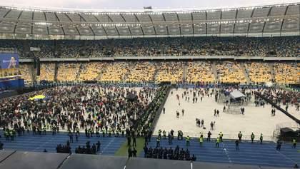 """Трибуны перед дебатами Порошенко и Зеленского выкрикивали """"Слава Украине"""" и """"Ганьба"""": видео"""