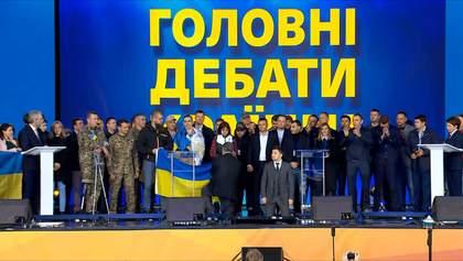Зеленський став на коліна під час дебатів, Порошенко – за ним: фото