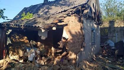 Окупанти обстріляли житлові будинки та автомобілі у Мар'їнці: фото