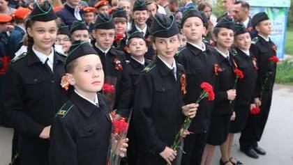 Школярів змушують одягати георгіївські стрічки в окупованому Криму