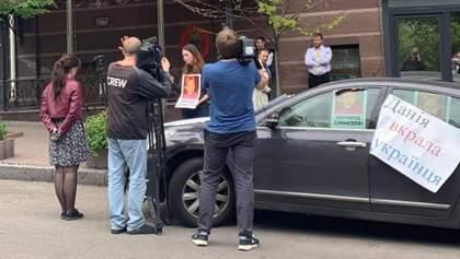 Іноземець викрав сина у матері-українки й переховує його у посольстві в Києві: деталі