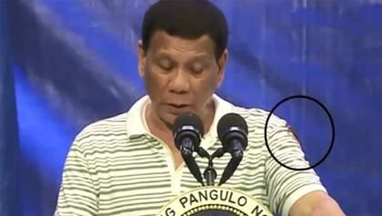 Гігантський тарган заповз на президента Філіппін під час виступу: курйозне відео